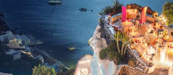 Santorini restaurant overlooking sea